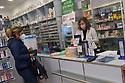 18 marzo 2020, Sassari, piazza Azuni. Farmacia Pinna Nossai. Nella foto una cliente e Maria Pinna Nossai.