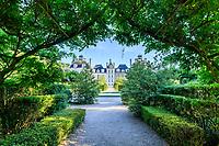 France, Loir-et-Cher (41), Cheverny, château de Cheverny, la façade nord et le jardin des apprentis, sous la tonnelle de glycine