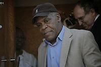 HAI15. PUERTO PRÍNCIPE (HAITÍ), 18/03/2011.- El actor Danny Glover es visto hoy, viernes 18 de marzo de 2011, en el aeropuerto internacional Toussaint en Puerto Príncipe (Haití) a donde llegó en compañía del expresidente haitiano Jean Bertrand Aristide quien regresó este viernes de un exilio de siete años en Sudáfrica después de un golpe de Estado en 2004. EFE/Andrés Martínez Casares