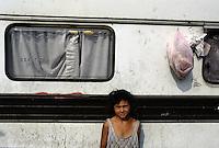 ITALIA Torino  Campo nomadi Rom  (Campo dell'Arrivore, 2001) ritratto di una bambina davanti alla sua roulotte