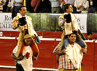 MANIZALES-COLOMBIA. 10-01-2016: Enrique Ponce (Izq.) y El Juli (Der.), toreros españoles, salen en hombros durante el Mano a Mano corrida como parte de la version 60 de La Feria de Manizales 2016 que se lleva a cabo entre el 2 y el 10 de enero de 2016 en la ciudad de Manizales, Colombia. / Enrique Ponce (L) and El Juli (R) Spanish bullfighters out on shoulders, during the hand to hand with as part of version 60 of Manizales Fair 2016 takes place between 2 and 10 January 2016 in the city Manizales, Colombia.Photo: VizzorImage / Santiago Osorio / Cont.