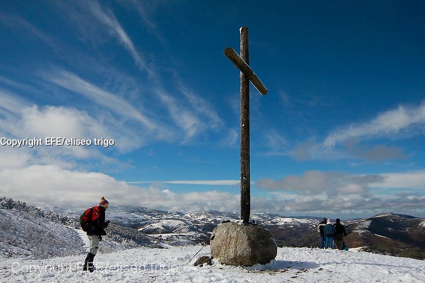 Fecha: 16-02-2014. (Lugo, O Cebreiro) Un día soleado en Galicia, las familias disfrutan de un día en la nieve en la montaña de Lugo. En la imagen un peregrino ante una cruz en O Cebreiro, puerta de entrada a Galicia en el Camino de Santiago
