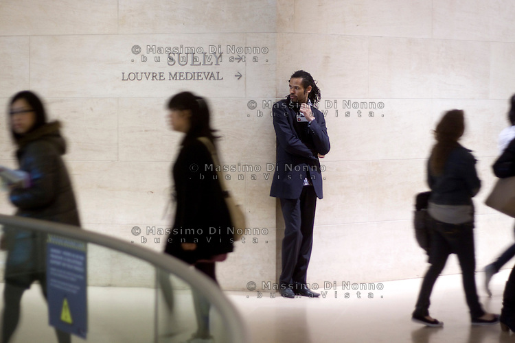 Parigi: visitatori nel museo del Louvre<br /> <br /> Paris: Louvre Museum