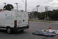 SAO PAULO., SP, 15 MARÇO DE 2012 _O corpo do Senhor Estevan Maria de 60anos que foi atropelado por volta de 9h da manha por um Caminhao no cruzamento da Av dos Estado com Rua Eldorado foi retira pelo IML depois de 6h30m de espera e encaminhado para o IML de Artur Alvim. (FOTO: ADRIANO LIMA - BRAZIL PHOTO PRESS)