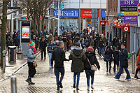 2018 12 22 Last minute Christmas shoppers, Swansea, Wales, UK