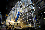 GORKUM - In Gorkum werken medewerkers van scheepswerf Damen aan één van de nieuwe door het bedrijf zelf ontworpen SeaAxes. De ruim dertig meter lange, aluminium transportschepen die wereldwijd worden verkocht voor ondermeer personenvervoer naar drijvende olieplatforms en ondersteuning voor onderzeeboten, kenmerken zich door een opvallende bijlboeg. De door TU Delft ontworpen lange boeg loopt diep onder water door, waardoor het als een mes door het water snijdt, minder deint, en minder zeeziekte veroorzaakt. COPYRIGHT TON BORSBOOM