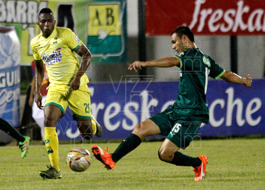 FLORIDABLANCA - COLOMBIA - 22 - 05 - 2016: Michael Balanta (Izq.) jugador de Atletico Bucaramanga disputa el balón con Andres Restrepo (Der.) jugador de La Equidad, durante partido entre Atletico Bucaramanga y La Equidad, por la fecha 19 de la Liga Aguila I-2016, jugado en el estadio Alvaro Gomez Hurtado de la ciudad de Floridablanca. / Michael Balanta (L) player of Atletico Bucaramanga vies for the ball with Andres Restrepo (R) player of La Equidad, during a match between Atletico Bucaramanga and La Equidad, for the date 19 of the Liga Aguila I-2016 at the Alvaro Gomez Hurtado Stadium in Floridablanca city Photo: VizzorImage  / Duncan Bustamante / Cont.
