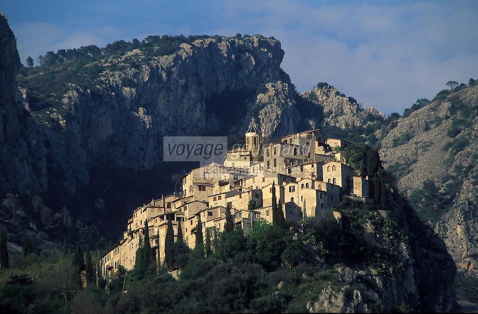 France/06/Alpes-Maritimes/Arrière pays niçois/Peillon: Vu du village, à l'arrière plan, les Alpes