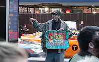 Ehrlicher Bettler am Times Square sagt auf dem Schild, dass er Geld für Marihuana benötigt und nicht lügen will - 11.04.2018: Sightseeing in New York