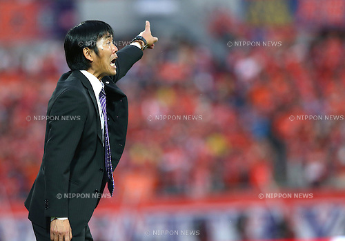 Hajime Moriyasu (Sanfrecce),.MAY 6, 2013 - Football / Soccer :.Sanfrecce Hiroshima head coach Hajime Moriyasu gives instructions during the 2013 J.League Division 1 match between Omiya Ardija 2-1 Sanfrecce Hiroshima at NACK5 Stadium Omiya in Saitama, Japan. (Photo by Kenzaburo Matsuoka/AFLO)