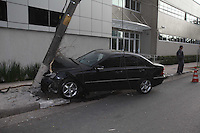 SAO PAULO, SP 01/08/2012, ACID. AV VITAL BRASIL.  Um veiculo importado bateu contra um poste na madrugada de hoje (01) na Av. Vital Brasil em frente o Foro Regional do Butanta. O motorista nao se sabe o motivo fugiu do local. Luiz Guarnieri/ Brazil Photo Press