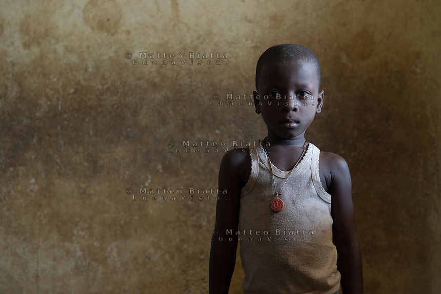 Fatebenefratelli Ospedale Saint John of God di Lunsar nella foto Hassan Conteh 6 anni ha sofferto d'Ebola per un mese e ha perso la mamma ed il pap&agrave; sanit&agrave; Kontabana village 29/03/2016 foto Matteo Biatta<br /> <br /> Fatebenefratelli Hospital Saint John of God in Lunsar in the picture Hassan Conteh 6 years old had suffered of Ebola for one month and he lost mother and father health Kontabana village 29/03/2016 photo by Matteo Biatta