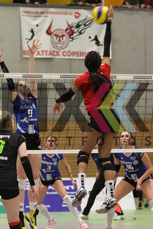 Koepenicks Janisa Johnson am Netz  beim Spiel in der Volleyball Frauen 1. Bundesliga Koepenicker SC Berlin  - Allianz MTV Stuttgart .<br /> <br /> Foto &copy; PIX-Sportfotos *** Foto ist honorarpflichtig! *** Auf Anfrage in hoeherer Qualitaet/Aufloesung. Belegexemplar erbeten. Veroeffentlichung ausschliesslich fuer journalistisch-publizistische Zwecke. For editorial use only.