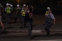 SAO PAULO 13 DE JUNHO DE 2013  - Fotografo Fernando Borges do Portal Terra surprendido pelos policiais militares durante manifestacao contra o aumenta da tarifa de onibus em Sao Paulo na tarde desta quinta-feira (13) na Av. Paulista.  (Foto: Amauri Nehn/Brazil Photo Press)
