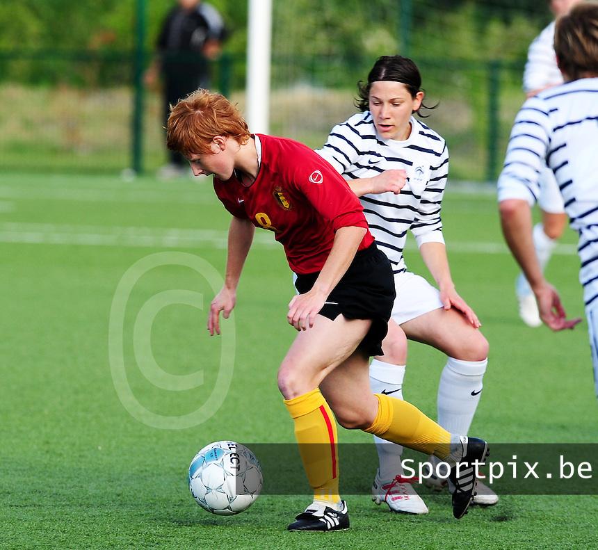 Vriendschappelijke interland vrouwenvoetbal : Belgium A - France A te Nieuwpoort ;..Lien Mermans probeert Elise Bussaglia van zich af te schudden..foto DAVID CATRY / Vrouwenteam.be