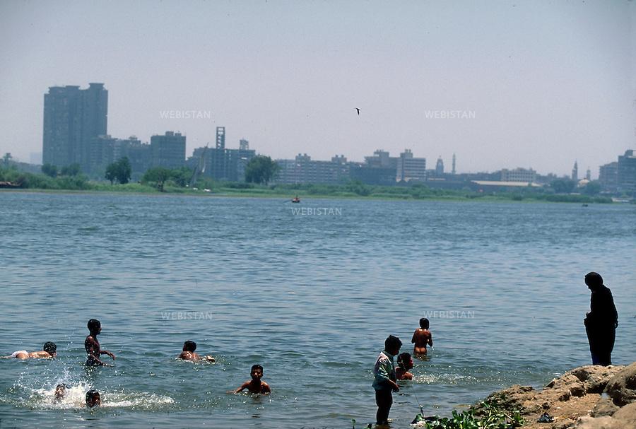 ..Egypt. Cairo. Shubra el-Khema District. 1996. Egyptian boys bathe in the Nile...Egypte. Le Caire. Quartier de Shubra el-Khema. 1996. Des garcons egyptiens se baignent dans le Nil.