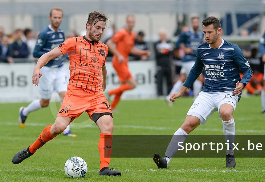 KVC Wingene - SKV Zwevezele : Vincent Provoost (links) aan de bal voor Laurens Vandenheede (r)<br /> Foto David Catry | VDB | Bart Vandenbroucke