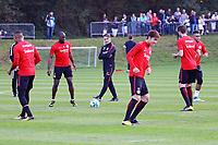 Trainer Niko Kovac (Eintracht Frankfurt) sieht Sebastien Haller (Eintracht Frankfurt), Jetro Willems (Eintracht Frankfurt), Daichi Kamada (Eintracht Frankfurt),David Abraham (Eintracht Frankfurt), Simon Falette (Eintracht Frankfurt) zu - 17.10.2017: Eintracht Frankfurt Training, Commerzbank Arena