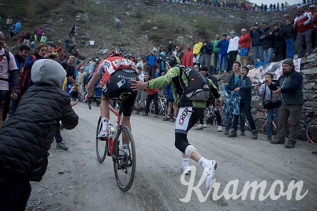 Jurgen Van den Broeck (BEL/Lotto-Soudal) getting a little push up the dirt roads of the Colle delle Finestre (2178m)<br /> <br /> Giro d'Italia 2015<br /> stage 20: Saint Vincent - Sestriere (199km)
