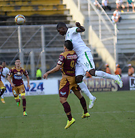 IBAGUÉ -COLOMBIA, 11-12-2013. Robin Ramirez (Izq) jugador de Deportes Tolima salta por el balón con German Mera (Der) jugador del Deportivo Cali por la fecha 4 de la Liga Aguila I 2015 jugado en el estadio Manuel Murillo Toro de la ciudad de Ibagué./ Robin Ramirez (L) player of  Deportes Tolima jumps for the ball with German Mera (R) player of Deportivo Cali for the 4th date of the Aguila League I 2015 played at Manuel Murillo Toro stadium in Ibague city. Photo: VizzorImage/STR