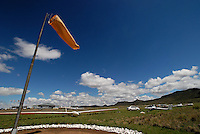 Windsack: AFRIKA, SUEDAFRIKA, 17.12.2007: Windsack, abgestellte Flugzeuge in Gariepdam,Aufwind-Luftbilder