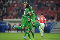 FUSSBALL   1. BUNDESLIGA  SAISON 2011/2012   11. Spieltag   29.10.2011 1.FSV Mainz 05 - SV Werder Bremen JUBELSPRUNG Werder Bremen; Torschuetze zum 1-2 Aaron Hunt  (re) umarmt von Claudio Pizarro