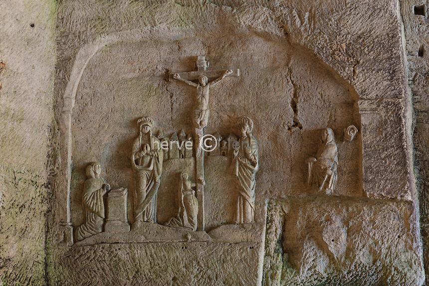 France, Dordogne (24), Brantôme, l'abbaye Saint-Pierre de Brantôme, la grotte ou chapelle du Jugement dernier, ici la Crucifixion en bas-relief // France, Dordogne, Brantome, the abbey Saint Pierre de Brantome, cave or shrine of the Last Judgment