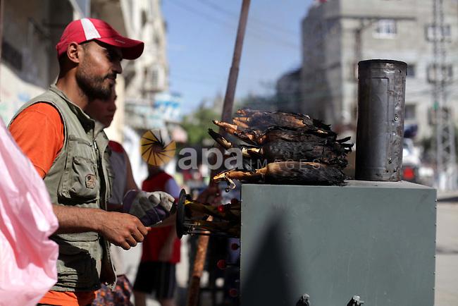 A Palestinian vendor sells grilled corns at al-Shati refugee camp western Gaza city on May 22, 2013. Photo by Ashraf Amra