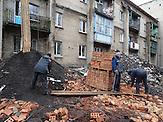 """Trümmerhaufen in Debalzewe. Kaum eine andere Stadt im Donbass hat so sehr unter den Kriegshandlungen gelitten wie Debalzewe. Heute versuchen die Separatisten der """"Donezker Volksrepublik"""", Debalzewe als Musterstadt wieder aufzubauen."""