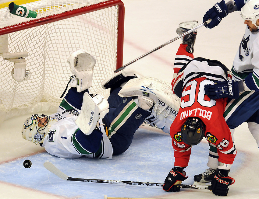 03 May 2010 : Vancouver Canucks @Chicago Blackhawks..Canucks goaltender Roberto Luongo(left) gets tangled up with Blackhawks Dave Bolland in the first period during Game 2 of the Western Conference semifinals at the United Center in Chicago, IL, USA on Monday 3 May 2010.
