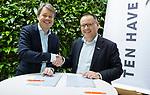UTRECHT - Contractondertekening tussen KNHB en Ten Have, Erik Gerritsen (l) , directeur KNHB met Ton Speet (Ten Have).  Nationaal Hockey Congres van de KNHB, COPYRIGHT KOEN SUYK