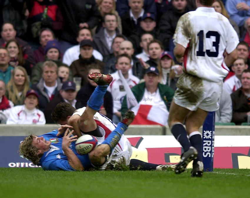 Photo. Richard Lane.England v Italy. RBS Six Nations Championship at Twickenham. 09/03/2003.Mirco Bergamasco score the only Italy try.