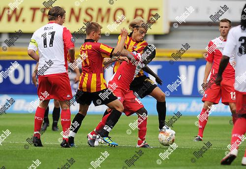 2011-07-17 / Voetbal / seizoen 2011-2012 / KV Mechelen - FC Utrecht / Vandenbergh en Buyens proberen Nana Asare (ex. KVM) van de bal te zetten..Foto: mpics