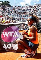 La statunitense Serena Williams posa il trofeo dopo aver vinto la finale femminile degli Internazionali d'Italia di tennis a Roma, 19 Maggio 2013..Serena Williams, of the United States, holds the trophy after winning a point during the final match of the Italian Open Tennis WTA women's tournament in Rome, 19 May 2013..UPDATE IMAGES PRESS/Isabella Bonotto