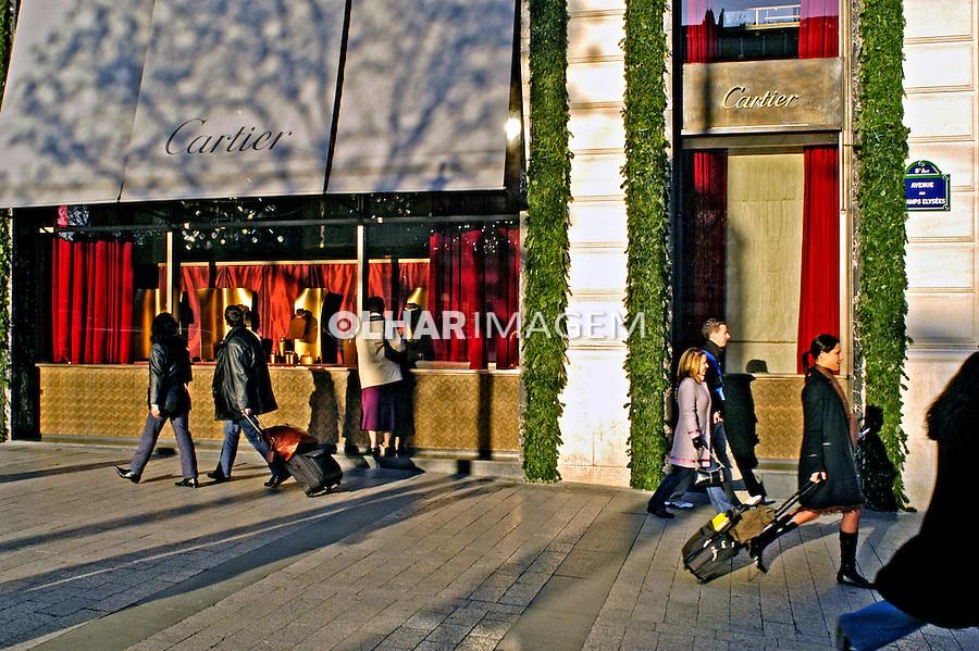 Vitrine de loja de grife na avenida Champs Élysées. Paris. França. 2004. Foto de Ricardo Azoury.