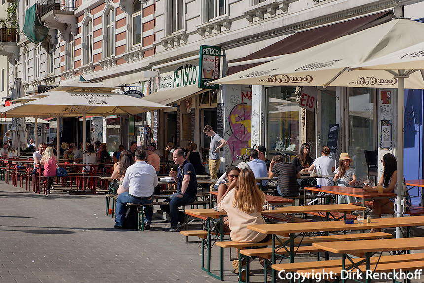 Stra&szlig;enrestaurants auf der Schanzen-Piazza im Schanzenviertel, Schulterblatt, Hamburg-Altona, Deutschland<br /> street-restaurants onSchanzen-Piazza in Schanzenviertel, Schulterblatt, Hamburg-Altona, Germany