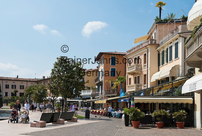 Italy, Lombardia, Lake Garda, Salo: biggest town on the West Bank of Lake Garda with a long seaside promenade Lungolago Zanardelli | Italien, Lombardei, Gardasee, Salo: groesste Stadt am Westufer des Gardasees mit der langen Uferpromenade Lungolago Zanardelli