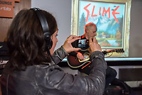 Die Punk-Band Slime spielte am Dienstag den 27. September 2017 in der Dachlounge des Berliner Radiosender &quot;radio1&quot;. Anlass war das Erscheinen der Platte &quot;Hier und jetzt&quot; am 29. September 2017.<br /> Vorne links: radio1-Moderatorin Marion Brasch. Auf der Buehne: Slime-Gitarrist Christian Mevs.<br /> 27.9.2017, Berlin<br /> Copyright: Christian-Ditsch.de<br /> [Inhaltsveraendernde Manipulation des Fotos nur nach ausdruecklicher Genehmigung des Fotografen. Vereinbarungen ueber Abtretung von Persoenlichkeitsrechten/Model Release der abgebildeten Person/Personen liegen nicht vor. NO MODEL RELEASE! Nur fuer Redaktionelle Zwecke. Don't publish without copyright Christian-Ditsch.de, Veroeffentlichung nur mit Fotografennennung, sowie gegen Honorar, MwSt. und Beleg. Konto: I N G - D i B a, IBAN DE58500105175400192269, BIC INGDDEFFXXX, Kontakt: post@christian-ditsch.de<br /> Bei der Bearbeitung der Dateiinformationen darf die Urheberkennzeichnung in den EXIF- und  IPTC-Daten nicht entfernt werden, diese sind in digitalen Medien nach &sect;95c UrhG rechtlich geschuetzt. Der Urhebervermerk wird gemaess &sect;13 UrhG verlangt.]