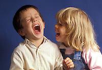 Coppia di bambini che ridono