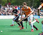BLOEMENDAAL   - Hockey - Tim Jenniskens (Bldaal) passeert Johannes Mooij (A'dam) . 3e en beslissende  wedstrijd halve finale Play Offs heren. Bloemendaal-Amsterdam (0-3).     Amsterdam plaats zich voor de finale.  COPYRIGHT KOEN SUYK
