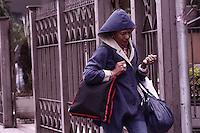 ATENCAO EDITOR: FOTO EMBARGADA PARA VEICULOS INTERNACIONAIS - SÃO PAULO, 26 DE SETEMBRO, 2012 - CLIMA TEMPO SP - Temperatura na capital paulista chega aos 12 graus na tarde dessa quarta-feira, 26,  regiao da Av Paulista, podendo abrir o tempo no começo da noite -  FOTO LOLA OLIVEIRA - BRAZIL PHOTO PRESS