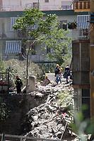 TORRE ANNUNZIATA, ITALIA, 07.07.2017 - DESABAMENTO-PRÉDIO - Homens do corpo de bombeiros trabalham no local onde um edificio desabou em Torre de Annunciata na região de Campania na Italia nesta sexta-feira, 07. (Foto: Salvatore Esposito/Brazil Photo Press)