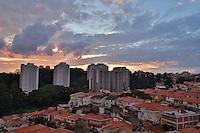 SAO PAULO, SP, 04 DE ABRIL DE 2013. CLIMATEMPO. Fim de tarde de sol entre nuvens na região do Butantã, zona oeste da capital paulista. FOTO ADRIANA SPACA/BRAZIL PHOTO PRESS