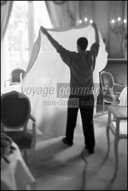 Europe/Monaco/Monte Carlo: restaurant: Louis XV / Alain Ducasse à l'Hôtel de Paris - le personnel dresse la salle - repassage des nappes [Non destiné à un usage publicitaire - Not intended for an advertising use]