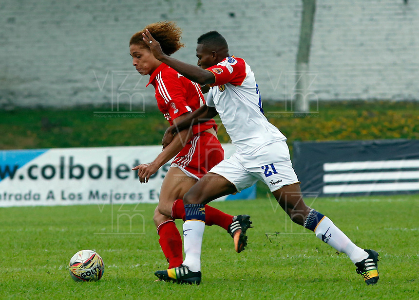 BUGA -COLOMBIA-14-03-2015. Stiven Tapiero (Izq) de America disputa el balón con Wilson España (Der) de Popayan durante el encuentro entre América de Cali y Universitario de Popayán por la fecha 5 del Torneo Aguila 2015 jugado en el estadio Hernando Azcarate de la ciudad de Buga./ Stiven Tapiero (L) of America vies for the ball with Wilson España (R) of Popayan during the match between America de Cali and Universitario de Popayan for the 5th date of Aguila Tournament 2015  played at Hernando Azcarate stadium in Buga city. Photo: VizzorImage/Juan C. Quintero/STR