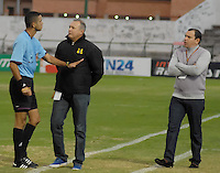 TUNJA -COLOMBIA, 27-07-2014. Carlos Ortega arbitro llama la atención a Adolfo Holguin técnico de Alianza Petrolera durante partido con Boyacá Chicó por la fecha 2 de la Liga Postobón II 2014 realizado en el estadio La Independencia en Tunja./ Carlos Ortega, referee, called attention to Adolfo Holguin coach of Alianza Petrolera during match against Boyaca Chico for the second date of Postobon League II 2014 at La Independencia stadium in Tunja. Photo: VizzorImage/Jose Miguel Palencia/STR