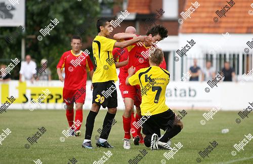 2009-08-09 / Seizoen 2009-2010 / Voetbal / Kapellen - Berchem Sport / Said El Harchi van Berchem slaat Sil Boeykens van Kapellen maar komt goed weg..Foto: Maarten Straetemans (SMB)