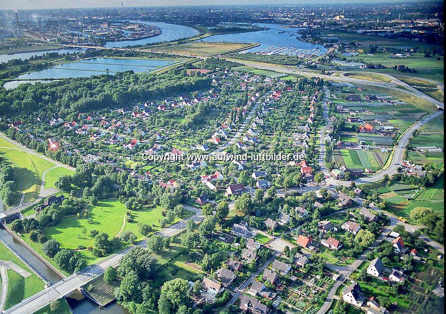Billesiedlung Luftbild aus dem Jahr 1986: EUROPA, DEUTSCHLAND, HAMBURG, (EUROPE, GERMANY), 29.07.1986 Billesiedlung Luftbild aus dem Jahr 1986, Die Bille-Siedlung markiert ein gleichermaßen bekanntes wie trauriges Kapitel des Stadtteils Moorfleet. Das etwa 31 Hektar große Gebiet war naemlich zunaechst ein großes Spuelfeld aus Elb- und Hafensedimenten, das 1935 entstanden war, nachdem die Einmuendung der Dove Elbe um einen Kilometer kuenstlich nach Sueden versetzt worden war. Zur Verbesserung der Bodenqualitaet ist eine anderthalb Meter dicke Schicht Hafenschlick aufgebracht worden, was sich jedoch in den Jahren 1989 bis 1991 zu einem der groessten und oeffentlichkeitswirksamsten Hamburger Umweltskandale entwickelte. Im Hafenschlick befanden sich naemlich betraechtliche Mengen Arsen, Cadmium und Dioxine, die in den Oberboden der Grundstuecke gelangte und die Gesundheit der Bewohner akut geaeährdete. Die meisten der etwa 800 Bewohner nahmen die Kaufangebote der Stadt an und verließen das Gebiet. Es folgte eine Sanierung, nur wenige Haeuser konnten stehen bleiben. Auf der sanierten Flaeche befindet sich heute unter anderem ein Golfplatz..