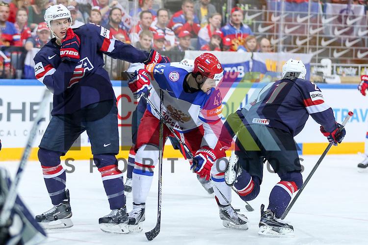Russlands Anisimov, Artyom (Nr.42)(Columbus Blue Jackets) st&ouml;rt vor dem Tor im Zweikampf mit USAs Murphy, Connor (Nr.5)(Arizona Coyotes) und USAs Larkin, Dylan (Nr.21)(University of Michigan)  im Spiel IIHF WC15 Russia vs. USA.<br /> <br /> Foto &copy; P-I-X.org *** Foto ist honorarpflichtig! *** Auf Anfrage in hoeherer Qualitaet/Aufloesung. Belegexemplar erbeten. Veroeffentlichung ausschliesslich fuer journalistisch-publizistische Zwecke. For editorial use only.