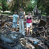 Slovyansk, Region Donezk, Donbass, Ostukraine, Juli 2014. Menschen vor ihren zerbombten H&auml;usern. / Slovyansk, Donetsk region, Donbass, East Ukraine, July 2014. People in front of their homes after bombing. <br />